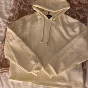 Säljer en helt ny hoodie som aldrig har används då prislappen sitter kvar! Hoodie är i storlek M men själv skulle jag säga att jag mer tycker den är som en S och kanske en XS, hoodien är vit med snören🛍✨