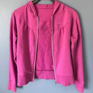 Säljer en lila zip-up hoodie i storlek S 36/38 från Röhnisch Soft Sports Sweden. Hoodien har en diskret fläck på vänster arm (se bild 3), syns mer på bilden än irl. Färgen på hoodien syns bäst på bild 3, den är inte rosa. Säljer för 20kr + frakt på 57kr.
