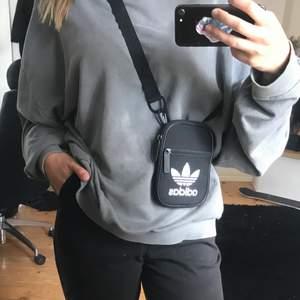 Axelväska ifrån Adidas i gott skick 😊