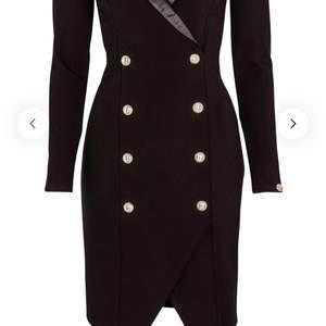 Säljer min fina Sasha Blazer Dress Black från bubbleroom i storleken S för den kommer inte blir i användning. Den är helt ny endast provning på den.