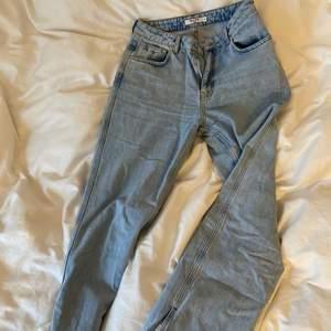 Säljer mina älskade NA-KD jeans. Köpte för inte alls länge sen. Använt 2 gånger ungefär. Jättefina jeans som i nyskick. Jag som 1,66 är dessa jeans lite långa för mig så om man är lite längre sitter dessa Jeans skit bra. Jeans har även en slits längst ner. Om ni vill ha fler bilder hör av er:)