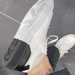 Säljer dessa super snygga kenzo sneakers, storlek 38! Väldigt snygga!!! Inköpta för 2400kr, säljer för 1000kr eller bud, inga skambud!
