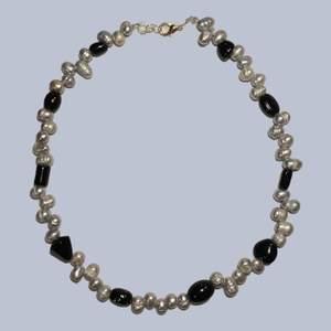 Handgjort halsband med gråa sötvattenspärlor och svarta glaspärlor. Reglerbart mellan 39-40cm. Frakt är inkluderat i priset!!💫🖤