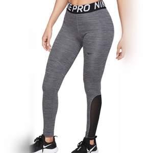 Deras populära Nike Pro leggings i gråa modellen. Fint skick och bara använda någon gång så nyskick. Stretchiga så passar de allra flesta som brukar ha S/M, oavsett hur ens former är. ORIGINALPRIS 549:- Frakt tillkommer på 42:- MÖTER INTE UPP!