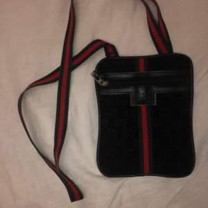 Säljer en helt felfri gucci väska då jag inte tycker att jag passar i den. Jag vet inte om den är äkta för att jag köpte den här