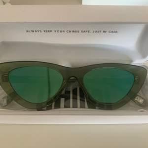 Säljer ett par helt nya solglasögon från Chimieyewear, aldrig använda. Plasten är kvar på som ni ser på andra bilden. Glasögonen är i modellen 006, färgen Kiwi & med spegelglas. Supercoola⚡️🥰🥳  kunden står för frakten💞