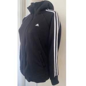 En adidas zip hoodie i väl skick💞                           den har inte blivit mycket använd alls då jag hittade en annan liknande som jag gillade mer🥰                  Stl S men passar lika bra som i Medium skulle jag säga💞