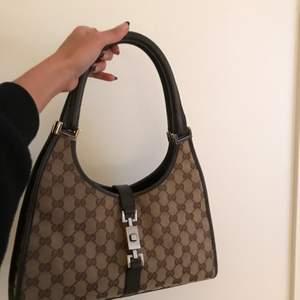 Beigh Gucci monogram canvas väska i mörkbrunt läder & silver detaljer  Väskan är stämpelmärkt & numererad.  (Buda på väskan) Just nu: 1 200kr                                Nypris på miinto: 7 195kr  Hör av dig vid intresse för mer info🥰🥰