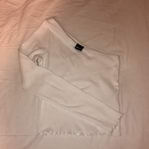Säljer denna vita topp från Gina tricot i storlek XS. Använd endast en gång då jag inte gilla hur den satt på mig men tycker den är jättefin annars:) Frakt tillkommer.