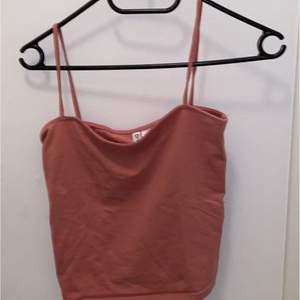 Super gulligt linne från H&M i storlek S. Använt en gång.Om du är intresserad skicka ett pm så tar jag reda på frakten (Spårbart kostar 66kr 1kg) 💗 det går även att samfrakta om du köper flera grejer.