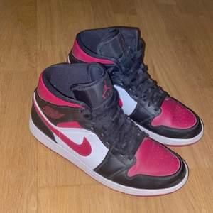 INTRESSEKOLL🤍 på mina fina Nike Jordan 1, köptes på plick men den förra ägaren har ikte använt skorna mycket, jag har använt de cirka 3 gånger och dom är i väldigt bra skick! storlek 43 men de passar på mig som har storlek 41! Skriv vid intresse🤍