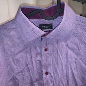 Skräddarsydd lila rutig skjorta, i bra skick. Sitter som en stl L slim fit (man men passar kvinnor med). Sitter som en oversized skjorta om du har typ stl S-M.