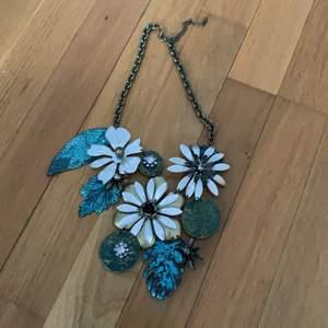 Metallhalsband med blommor och löv i bra skick, knappt använt, frakt tillkommer