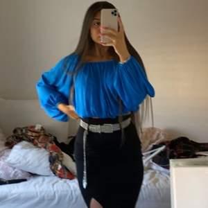 Säljer min blåa blus som jag köpte från bikbok, använt den en gång jätte skön och fin