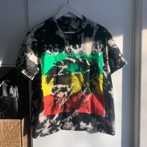 Funderar på att sälja min älskade Bob marley tshirt då jag inte använder den längre 😪, mycket bra skick har själv blekt den också, tröjan är köpt på secondhand