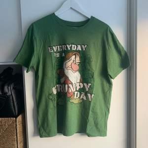 Disney tshirt med Grumpy the dwarf, köpt på secondhand dock i väldigt bra skick