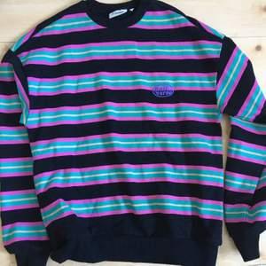 Super snygg sweatshirt från Junkjard! Är i storlek xs men passar som en m! Helt oanvänd, orginal pris 400kr! Konsumenten står för frakt!