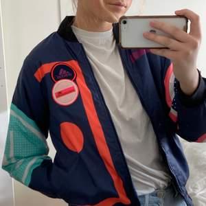 Adidas by Stella McCartney padded bomberjacka som jag köpte för några år sedan och nu tyvärr ska sälja då den blivit för liten😭 topp skick trots väl använd passar allt från XS-L beroende på hur man vill att den ska sitta (fråga om fler bilder) köpt för 1000kr men säljer för 250kr + frakt