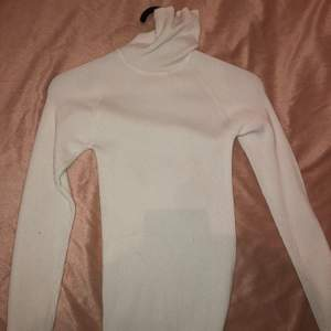 Fin Vit krage tröja i storleken XS, Använd ett par gånger men ser däremot ut att vara i nytt skick.