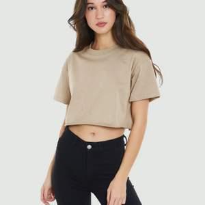Jag säljer min korta t-shirt från bikbok i färgen brun och i storlek XS🤎  Jag säljer den för 50 kr!  Vid intresse skriv till mig privat💕 Om ni vill ha bilder på hur den ser ut i verkligheten så löser jag det, skriv till mig privat isåfall😇 Köparen står för frakten!
