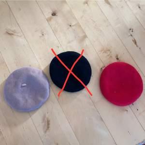 Röd basker från H&M, beige basker från BikBok, svart basker från Monki (såld). Knappt använda, superfint skick och perfekt för vinter o vårväder 💕