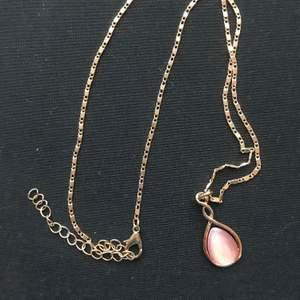 Guldigt längre halsband med rosa sten. Frakten ingår inte i priset. Det är bara att höra av dig vid frågor eller intresse 🥰🥰🥰