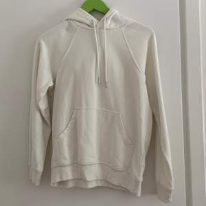 Vit hoodie, den är inte kritvit utan med cream färgad. Säljer då den tyvärr inte används. Storlek XS men passar definitivt S också. Frakten ingår ej i priset.