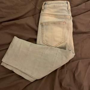 Säljer dessa blåa skinny jeans från NAKD storlek 32 ser små ut men de formar sig super bra efter bena,höfterna och rumpan. Skriv om du vill se hur fr sitter på