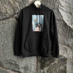Unika hoodies som är designade av konstnär! Fri frakt på alla köp! Storlekar som finns inne är: S, M & L! Följ oss på instagram @macherie.clothing för kommande unika släpp av designade hoodies! Pris 549kr, inklusive frakt till hela Sverige!