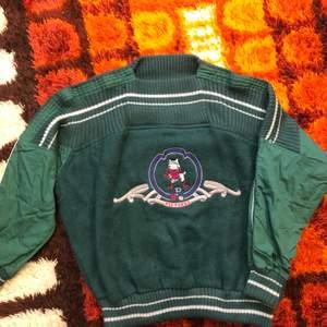 Säljer denna gröna tröja jag köpte på Beyond Retro. Blir tyvärr aldrig använd då den är för stor på mig. Står ingen storlek men skulle uppskatta den till en M-L! Går att mötas upp i Hagfors eller så skickas den med posten där köparen står för frakten!
