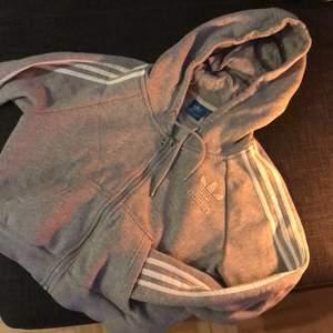 Adidas originals crop hoodie. Sparsamt använd, inga skavanker eller noppor osv. Säljes pga flyttstädning... storlek M, men passar även S-XS 🤙🏼 Nypris 799kr