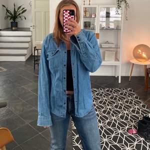Säljer denna oversized jeansskjorta då jag aldrig använder den. Sjukt chill passform och väldigt snygg till nästan alla jeans och byxor🥰 jeansskjorta är i herrstorlek men sitter kanske som en 40, alltså perfekt oversized för typ 34/36/38. Även sjukt fin som en jacka till våren😍