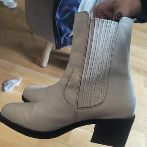 Helt oanvända vagabond skor nypris var 1600 kr jag säljer dem för 500 och vid snabb affär kan jag gå ner mer