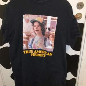 super fin stranger things t-shirt från pull&bear. bild på dustin. så himla söt. frakt tillkommer på 48kr.💗💗💞