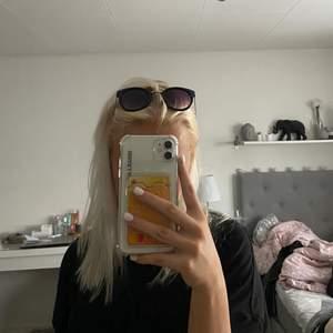 Ett par svarta solglasögon med silvriga detaljer. Fina men knappt använda då jag inte själv använder solglasögon speciellt ofta. 💖💖
