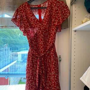 Säljer min klänning med blommönster som aldrig är använd, storlek L men liten i storleken så kan även massa M, säjer för 60 kronor plus frakt 🤍