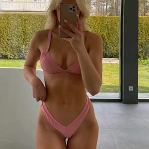 Jag säljer denna snygga rosa bikini i storlek S och M. Har alltså en bikini i varje storlek! 300kr/st, frakten är inräknad i priset 💕 (strl. S på bilden)