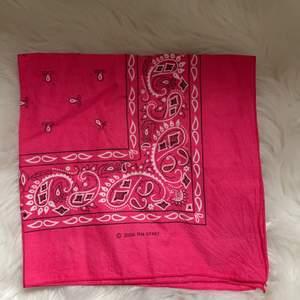 Söt rosa bandana med vita detaljer, perfekt som en huvudscarf eller knyttopp på sommaren💘 köpt på pop boutique och knappt använd. (frakt finns men varierar)