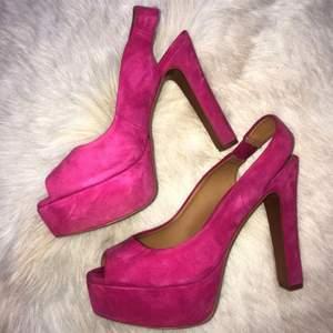 """Klackar ifrån Zara. """"Hot Pink Suede Slingback Peep-Toe Heels"""". Vintage från vår/sommar kollektionen 2012. I bra skick (andvända en gång). Storlek 38, riktigt sköna! Priset kan förhandlas vid intresse 🤍"""