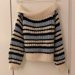 Jag säljer min jättemysiga off shoulder stickade tröja från River island. Det finns två små hål i tröjan (se bild 2) men det är inget som syns tycker jag, annars är den i jättebra skick.