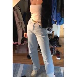 Supersnygga jeans med slits. Slutsålda på hemsidan! en liten missfärgning vid ena slitsen, skriv privat så skickar jag bild☺️  Andra bilden visar färgen bäst