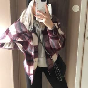 Säljer min rutiga jacka från Zara. Den är dock avklippt så lite kortare och tyvärr är fickorna avklippta eller vad man säger så tyvärr kan man inte lägga något i men syns inte något! Superfin! Strl XS/S men lång på mig som är 160cm! 280kr inklusive frakt.