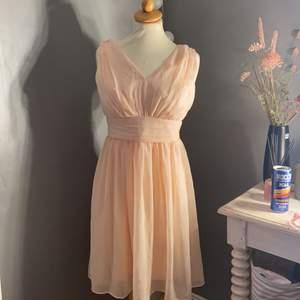 Så så fin klänning!! Säljer då den inte passar längre, frakt tillkommer