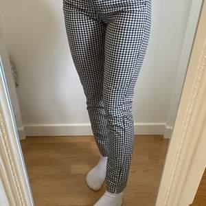 Rutiga byxor från Zara i storlek xs, använda en gång. Nypris 399kr