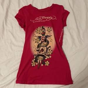 Mörk rosa ed Hardy t-shirt storlek S knappt använd
