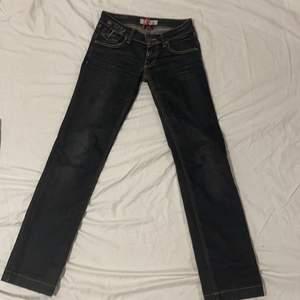 Fornarino jeans med najsa grova dragkedjor fickor på baksidan, sitter najs o är långa (är 164) storlek 26