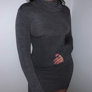 En grå klänning med hög krage från Chiquelle, endast använd en gång❤️