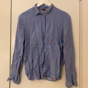 Säljer min jättefina skjorta (jätteskrynklig på bild) de är den perfekt sommarskjortan och finns inget negativt att säga, den har blivit för liten för mig.