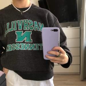 Säljer min coola sweatshirt som jag köpte i USA för några år sedan! Använder inte länge eftersom jag tröttnat på den😊