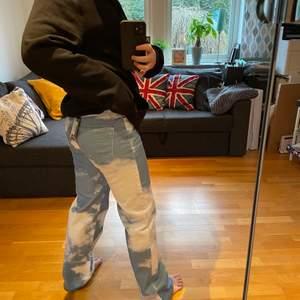 Skitfeta jeans från Jaded London!!! Helt nya med lapp kvar, tyvärr va dem för små så jag har inte ens knappen stängd på bilderna 😅 Det är MID RISE !! Nypris ca 800kr men jag köpte av en annan tjej här på plick för 600kr 💙💙☁️☁️